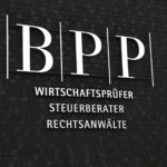 Nahaufnahme - Schriftzug BPP bei Nacht